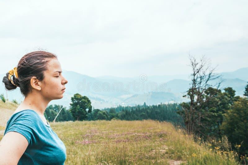 Το κορίτσι στο δάσος αναπνέει το καθαρό αέρα E στοκ φωτογραφίες