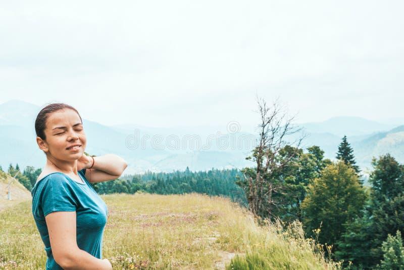 Το κορίτσι στο δάσος αναπνέει το καθαρό αέρα E στοκ φωτογραφίες με δικαίωμα ελεύθερης χρήσης