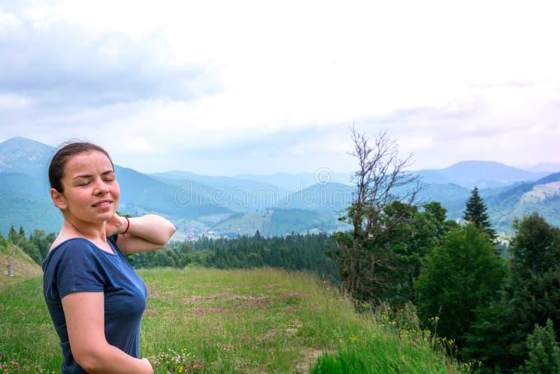 Το κορίτσι στο δάσος αναπνέει το καθαρό αέρα E στοκ εικόνες