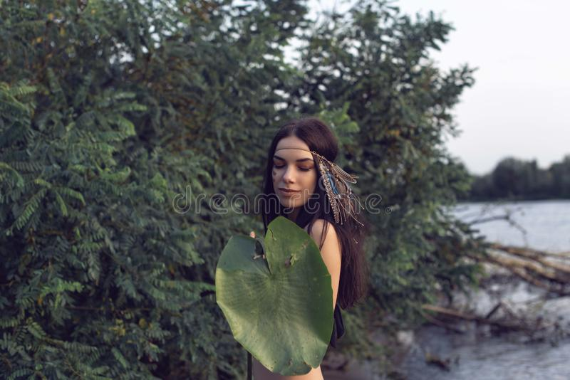 Το κορίτσι στο δάσος κοντά στον ποταμό στοκ εικόνες