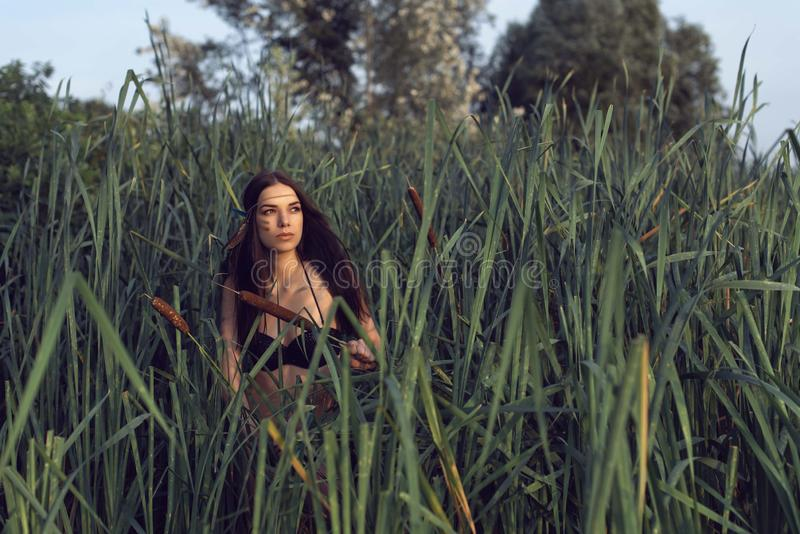 Το κορίτσι στο δάσος κοντά στον ποταμό στοκ εικόνα με δικαίωμα ελεύθερης χρήσης