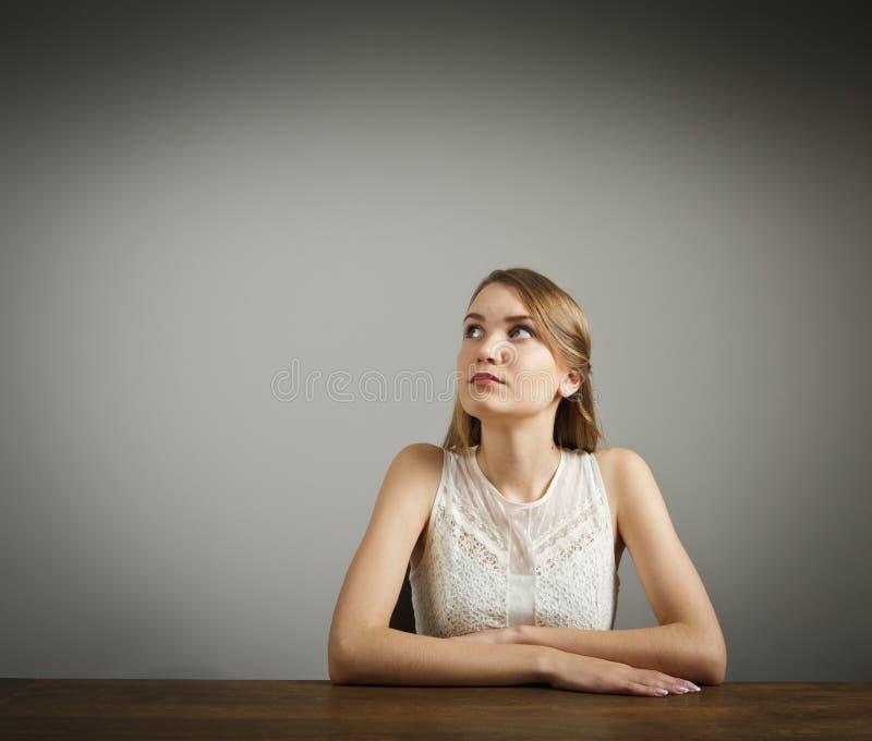 Το κορίτσι στο λευκό σκέφτεται στοκ φωτογραφία με δικαίωμα ελεύθερης χρήσης