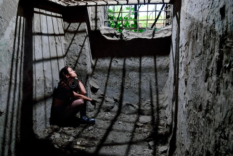 Το κορίτσι στο κελί φυλακής στοκ φωτογραφία