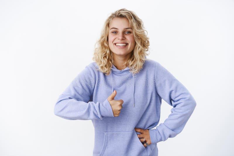 Το κορίτσι συμφωνεί με να παρουσιάσει αντίχειρα και το χαμόγελο ευτυχώς της απολύτως προτίμησης του τρομερού νέου κουρέματος χαμο στοκ φωτογραφία με δικαίωμα ελεύθερης χρήσης