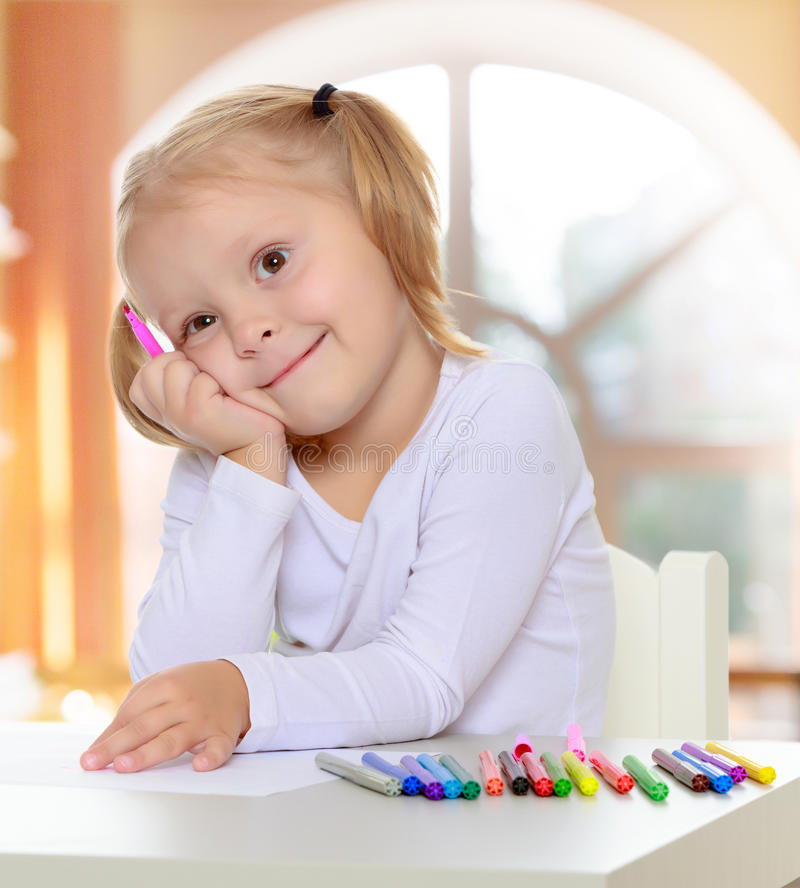 Το κορίτσι σύρει με τους δείκτες στοκ φωτογραφία