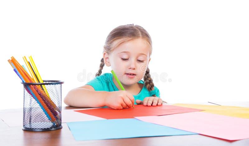 Το κορίτσι σύρει στον πίνακα στοκ φωτογραφίες