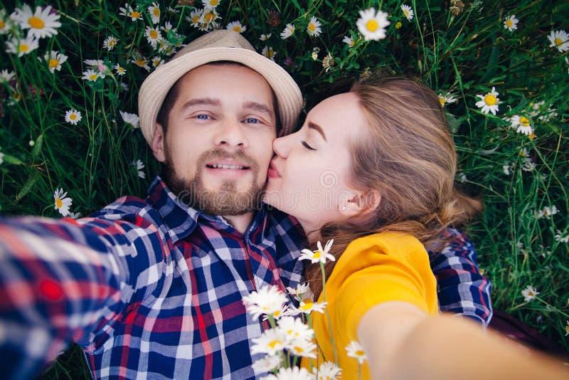 Το κορίτσι φιλά έναν τύπο στον τομέα στοκ εικόνες