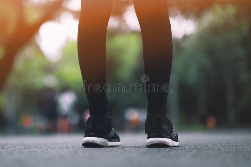 Το κορίτσι φορά τα μαύρα τρέχοντας παπούτσια που τρέχουν στο πάρκο στοκ εικόνα με δικαίωμα ελεύθερης χρήσης