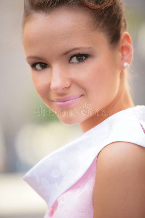 το κορίτσι φορεμάτων κινηματογραφήσεων σε πρώτο πλάνο αυξήθηκε εκλεκτής ποιότητας λευκό στοκ εικόνα με δικαίωμα ελεύθερης χρήσης