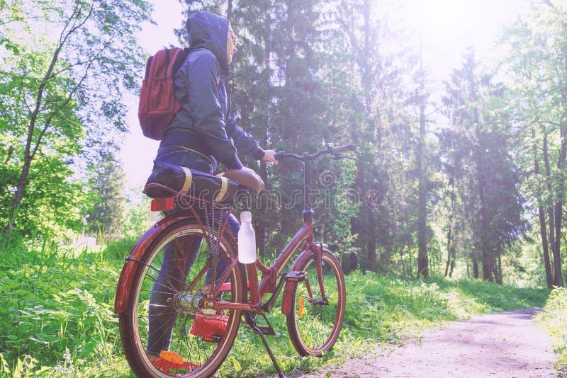 Το κορίτσι χαμογελά ευτυχώς Οδήγηση στο πάρκο σε μια πορεία ποδηλάτων Πρόσωπο που εκτίθεται στο φως του ήλιου στοκ φωτογραφίες με δικαίωμα ελεύθερης χρήσης