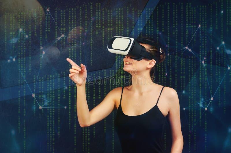 Το κορίτσι χρησιμοποιεί τον εικονικό κόσμο της τεχνολογίας στοκ φωτογραφία με δικαίωμα ελεύθερης χρήσης