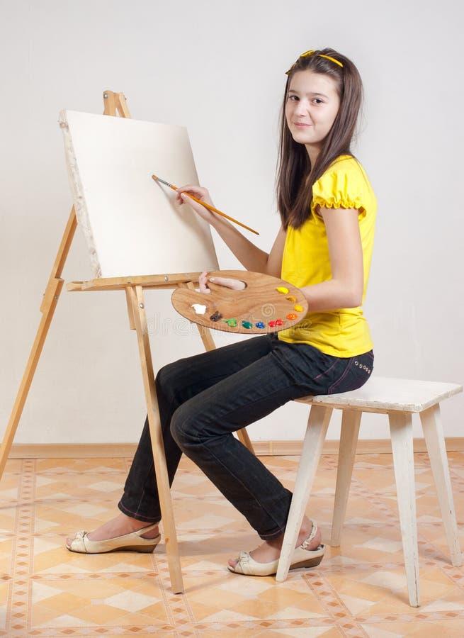 το κορίτσι χρωματίζει την &pi στοκ φωτογραφία με δικαίωμα ελεύθερης χρήσης