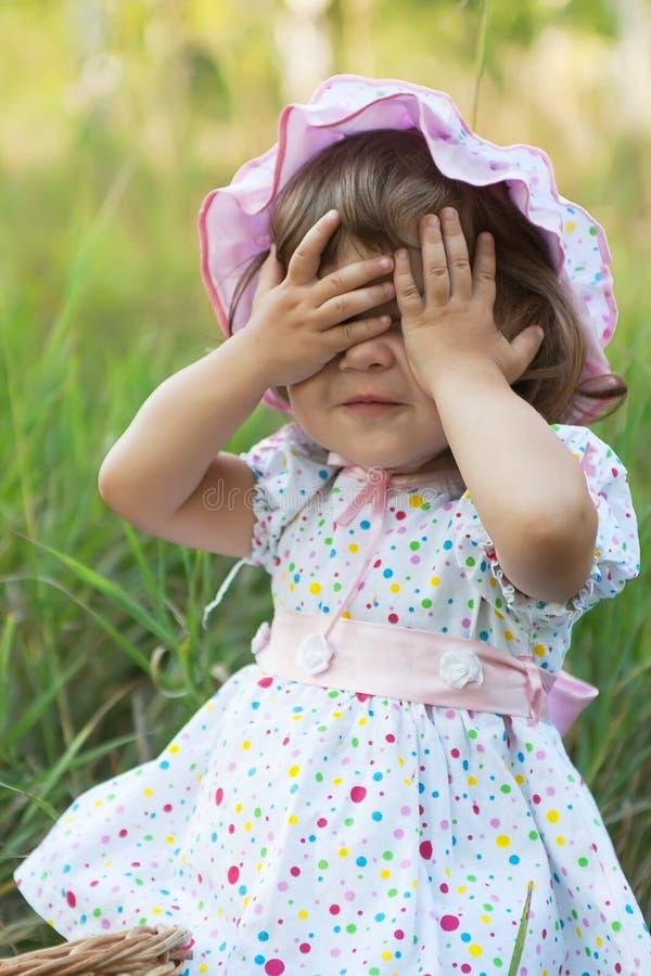 το κορίτσι boo λίγα κρυφοκοιτάζει παίζοντας στοκ εικόνες