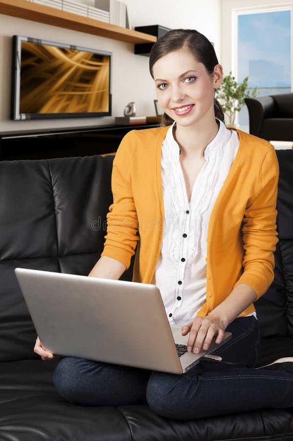 το κορίτσι displa δείχνει τον καναπέ lap-top στοκ φωτογραφία με δικαίωμα ελεύθερης χρήσης