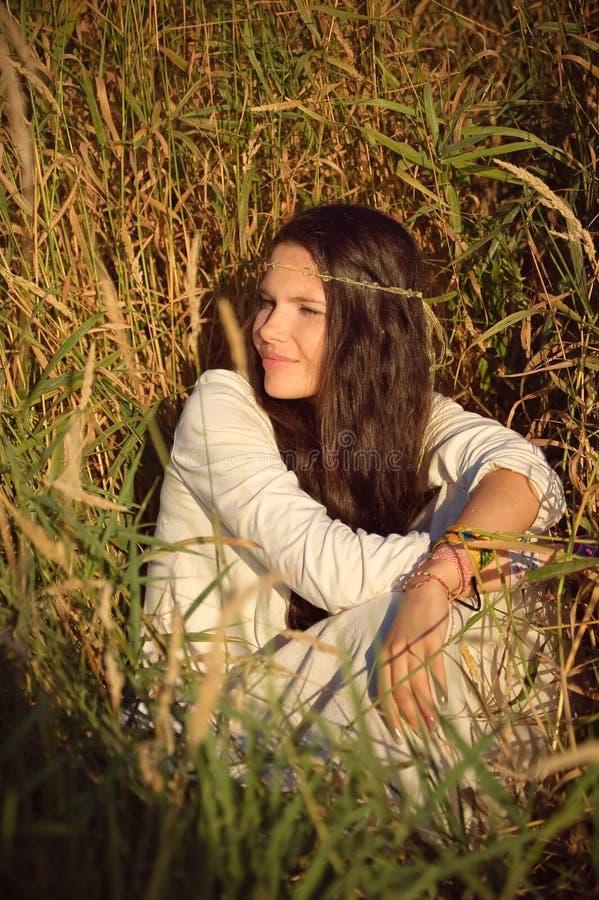 Το κορίτσι Hippie έχει ένα υπόλοιπο. στοκ εικόνες με δικαίωμα ελεύθερης χρήσης