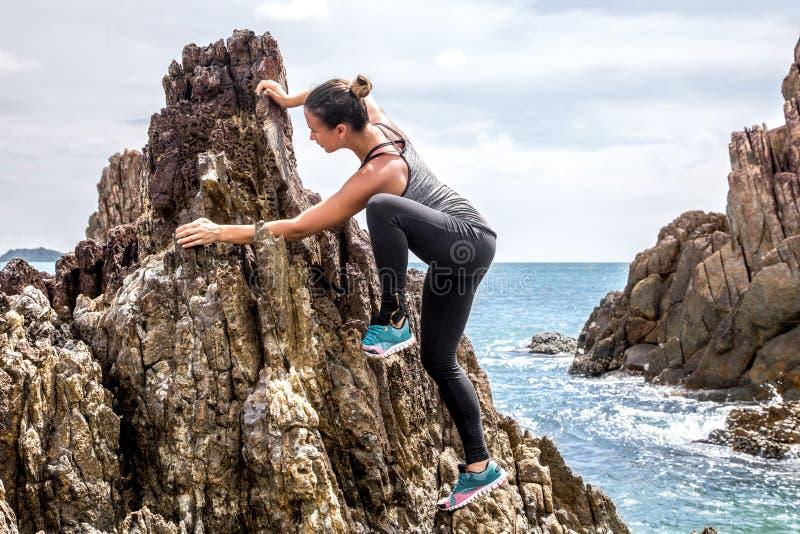 Το κορίτσι sportswear στους βράχους στοκ φωτογραφίες