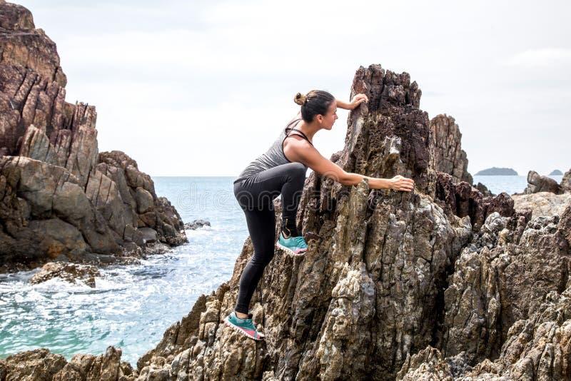 Το κορίτσι sportswear στους βράχους στοκ φωτογραφία με δικαίωμα ελεύθερης χρήσης