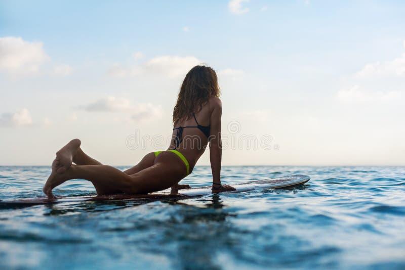 Το κορίτσι Surfer στην ιστιοσανίδα έχει μια διασκέδαση πρίν κάνει σερφ στοκ εικόνες με δικαίωμα ελεύθερης χρήσης