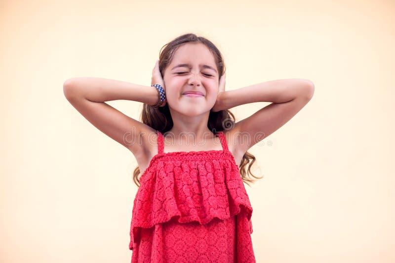 Το κοριτσάκι έκλεισε τα αυτιά της. Έννοια των παιδιών και των συναισθημ στοκ φωτογραφία με δικαίωμα ελεύθερης χρήσης