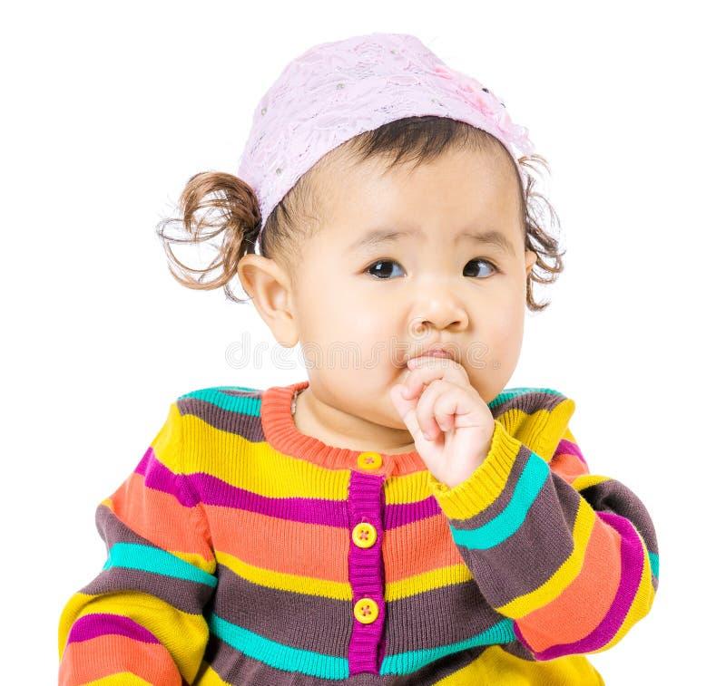 Το κοριτσάκι απορροφά το δάχτυλο στο στόμα στοκ εικόνες με δικαίωμα ελεύθερης χρήσης