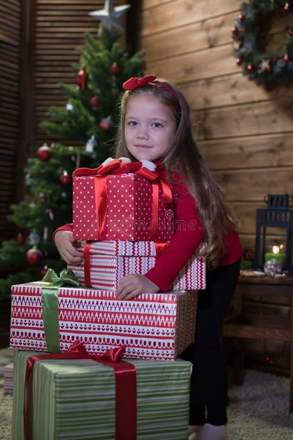 Το κοριτσάκι συναντά ευτυχή Χριστούγεννα στοκ φωτογραφίες