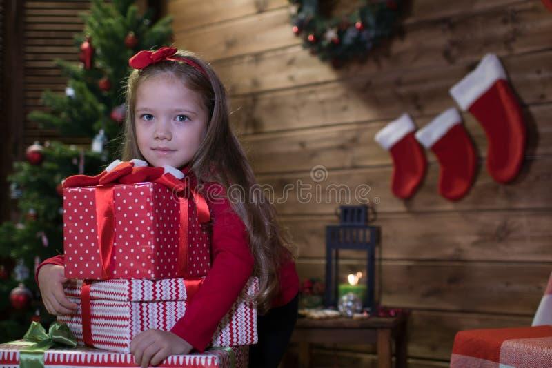 Το κοριτσάκι συναντά ευτυχή Χριστούγεννα στοκ φωτογραφία με δικαίωμα ελεύθερης χρήσης