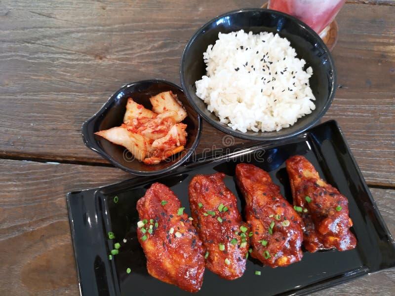 το κοτόπουλο τηγάνισε μικτό Koreansauce με το ρύζι και το kimchi στοκ φωτογραφία