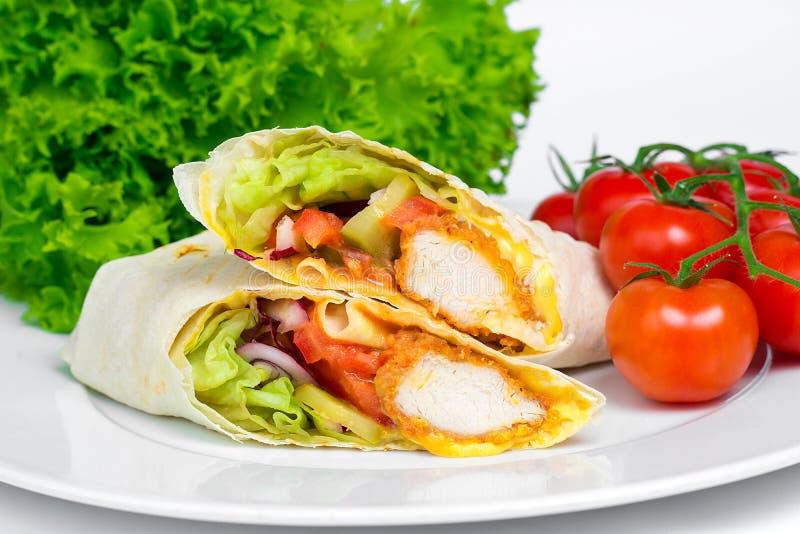 Το κοτόπουλο Shaverma ή Doner Kebab με τα λαχανικά σε ένα λευκό καλύπτει κοντά επάνω στοκ εικόνες