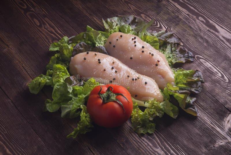 το κοτόπουλο στηθών δια&ka Ακατέργαστα στήθη και καρυκεύματα κοτόπουλου στο wo στοκ εικόνα με δικαίωμα ελεύθερης χρήσης
