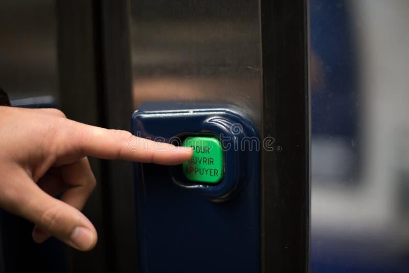 Το κουμπί μετρό ανοίγει την πόρτα στοκ εικόνες