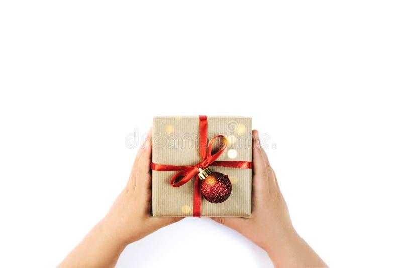 Το κουτί με τα χέρια του παιδιού απομονωμένο σε λευκό φόντο στοκ εικόνα