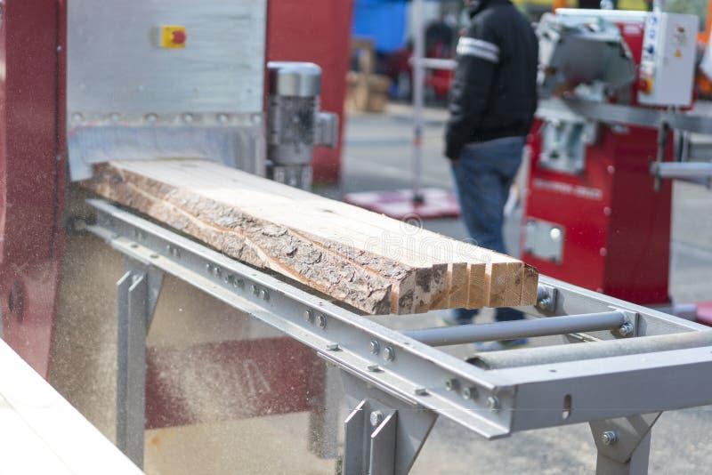 Το κούτσουρο, που πριονίζεται στον πίνακα, βγαίνει από το πριονιστήριο Βιομηχανία ξυλουργικής στοκ φωτογραφίες με δικαίωμα ελεύθερης χρήσης