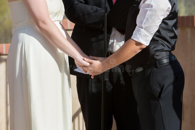 Η εκμετάλλευση γυναικών παραδίδει τη γαμήλια τελετή στοκ φωτογραφία