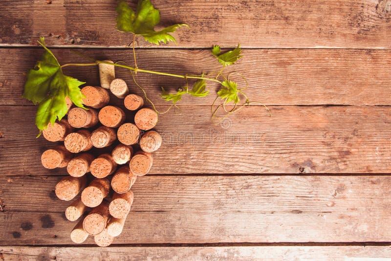 Το κρασί βουλώνει στον πίνακα στοκ εικόνες με δικαίωμα ελεύθερης χρήσης