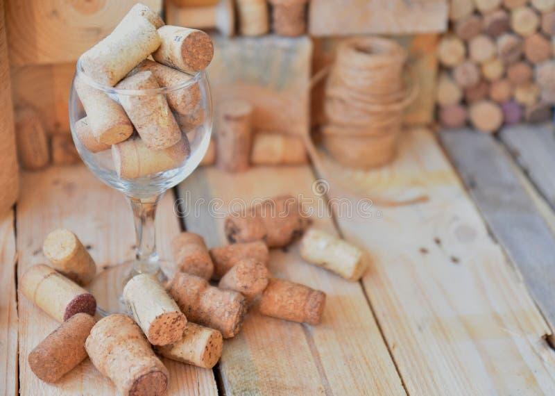 Το κρασί βουλώνει στον πίνακα στοκ εικόνες
