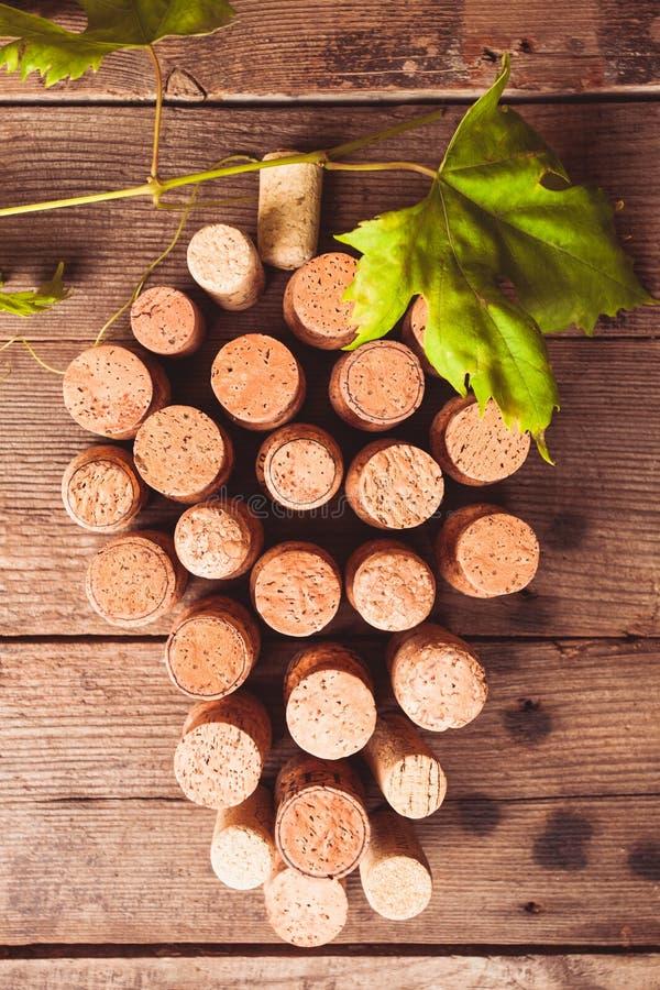 Το κρασί βουλώνει στον πίνακα στοκ φωτογραφία με δικαίωμα ελεύθερης χρήσης