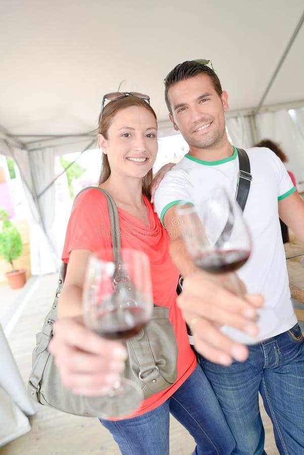 Το κρασί κάθε ένα γυαλιού εκμετάλλευσης ζεύγους μέσα ο βραχίονας στοκ φωτογραφία με δικαίωμα ελεύθερης χρήσης