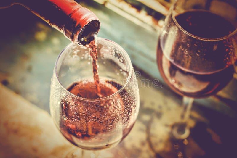 Το κρασί χύνεται, δοκιμή κρασιού, ημέρα βαλεντίνων ` s του ST, οινοποίηση στοκ φωτογραφία
