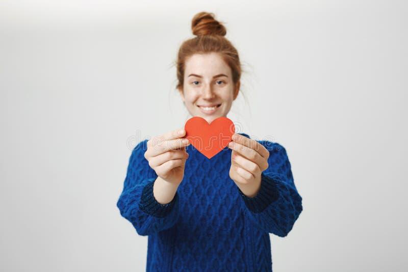 Το κρατήστε χρηματοκιβώτιο στα χέρια σας Πορτρέτο της γοητευτικής νέας καρδιάς εγγράφου γυναικών ερωτευμένης τραβώντας προς τη κά στοκ φωτογραφίες με δικαίωμα ελεύθερης χρήσης