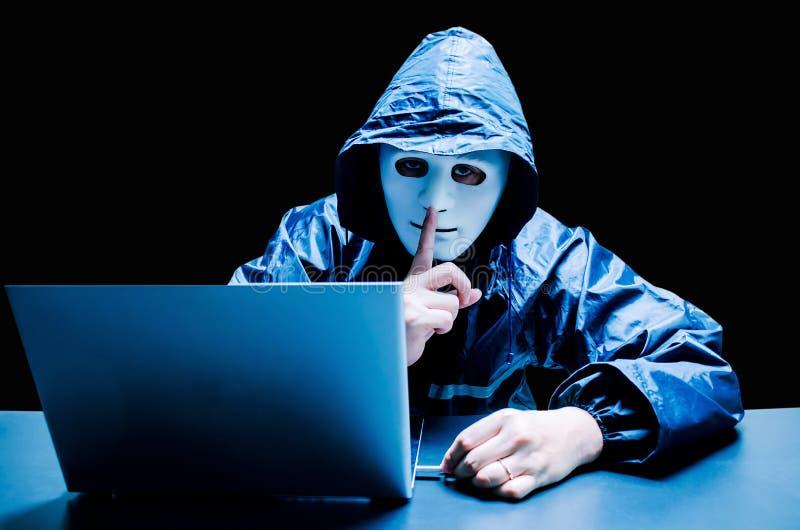 Το κρυμμένο σκοτεινό πρόσωπο που κάνει τη χειρονομία σιωπής να προσπαθήσει να χαράξει και να κλέψει τα στοιχεία συστημάτων πληροφ στοκ εικόνες