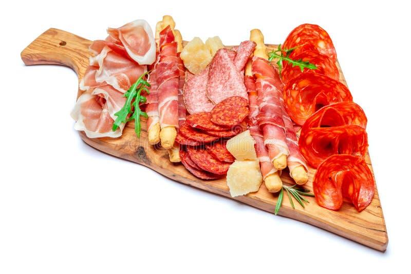 Το κρύο κάπνισε το πιάτο κρέατος με τις μπριζόλες χοιρινού κρέατος, τα ραβδιά prosciutto, σαλαμιού και ψωμιού στοκ φωτογραφία
