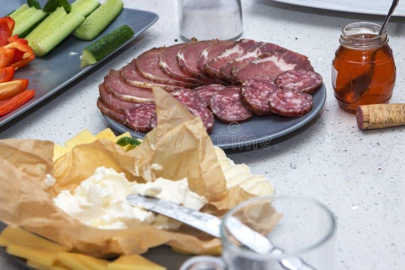 Το κρύο πιάτο ιταλικά κρέατος τσιμπά τα τρόφιμα με το ζαμπόν, το prosciutto, το σαλάμι, το χοιρινό κρέας, το λουκάνικο, το τυρί,  στοκ εικόνες με δικαίωμα ελεύθερης χρήσης
