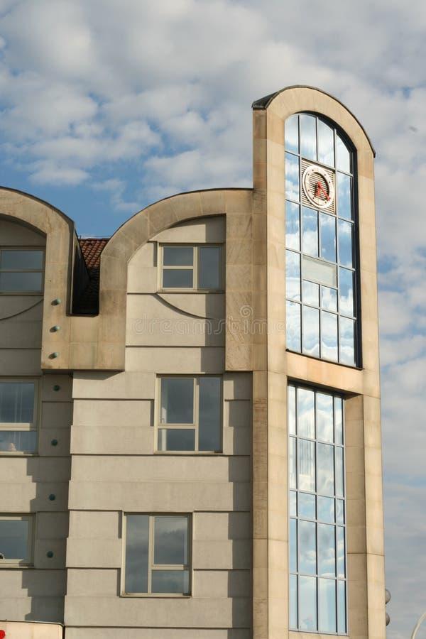 Το κτήριο αντανακλά τον ουρανό στοκ εικόνες