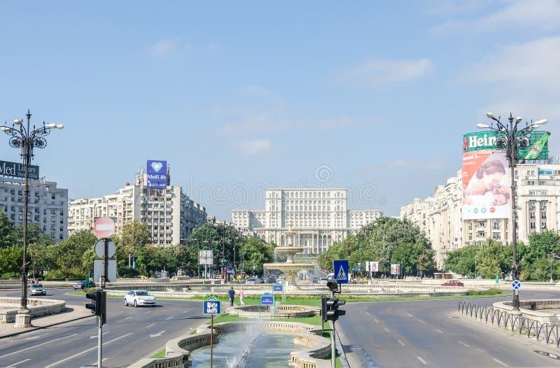Το κτήριο κάλεσε Casa Poporului (σπίτι των ανθρώπων), το τετραγωνικό Piata Constitutiei bucharest romania στοκ εικόνες