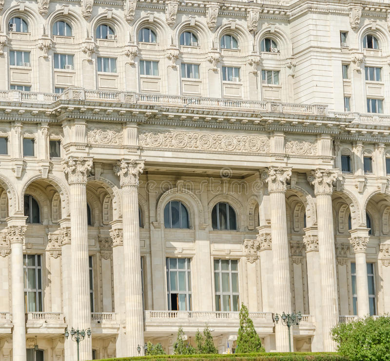 Το κτήριο κάλεσε Casa Poporului (σπίτι των ανθρώπων), το τετραγωνικό Piata Constitutiei bucharest romania στοκ εικόνα με δικαίωμα ελεύθερης χρήσης