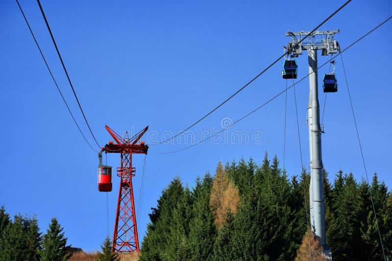 Το κόκκινες τελεφερίκ και η γόνδολα οδηγούν τη μεταφορά κατά 2000m στα βουνά Bucegi, Ρουμανία στοκ φωτογραφία με δικαίωμα ελεύθερης χρήσης