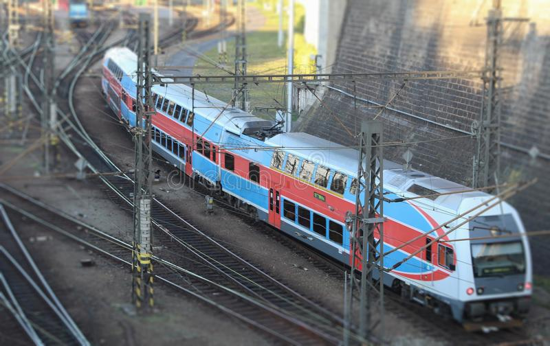Το κόκκινος-μπλε διπλό τραίνο καταστρωμάτων φθάνει στο σταθμό τρένου στοκ εικόνες με δικαίωμα ελεύθερης χρήσης