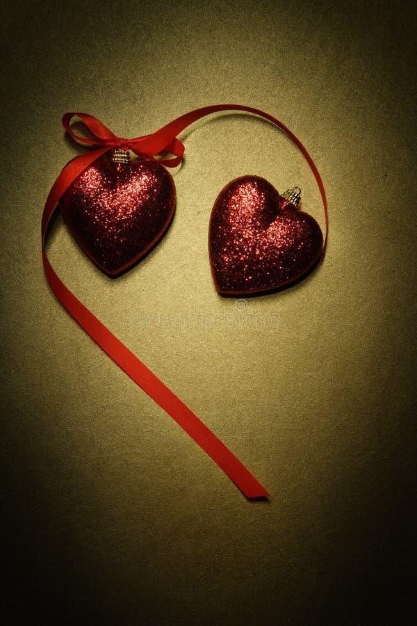 Το κόκκινο ακτινοβολεί διακοσμήσεις καρδιών στοκ φωτογραφίες