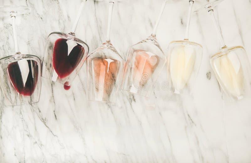 Το κόκκινο, αυξήθηκε, άσπρο κρασί στα γυαλιά και τα ανοιχτήρι, διάστημα αντιγράφων στοκ φωτογραφίες