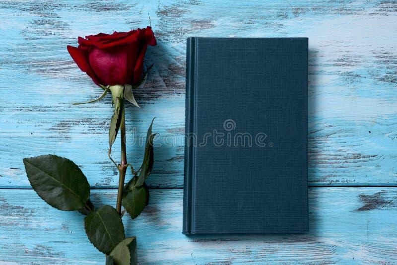 το κόκκινο βιβλίων αυξήθηκε στοκ εικόνες